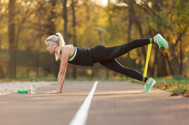 Widok z boku piękna kobieta robi ćwiczenia fitness