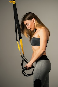 Widok z boku pięknej młodej kobiety fitness model
