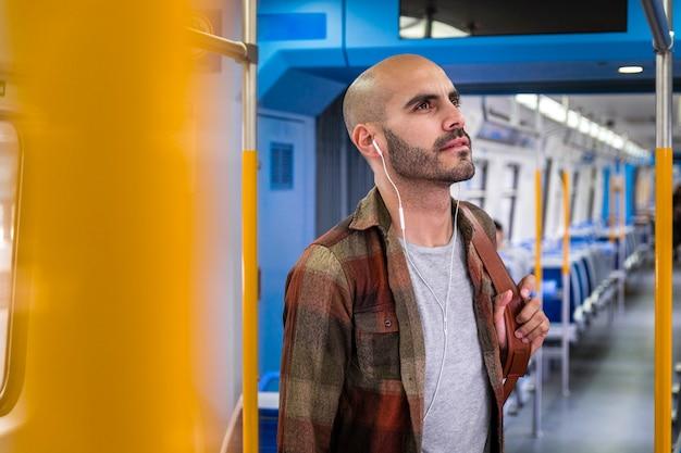 Widok z boku podróżnik słucha muzyki