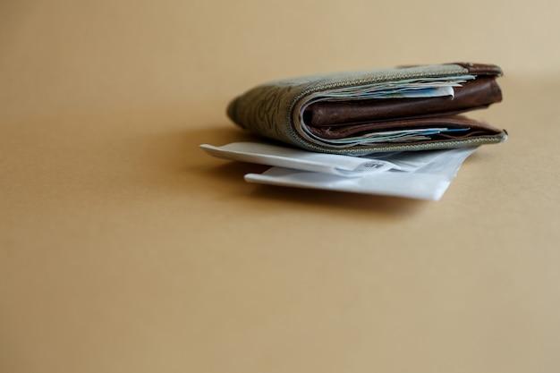 Widok z boku portfela z pieniędzmi i czekiem kasjerów ze sklepu