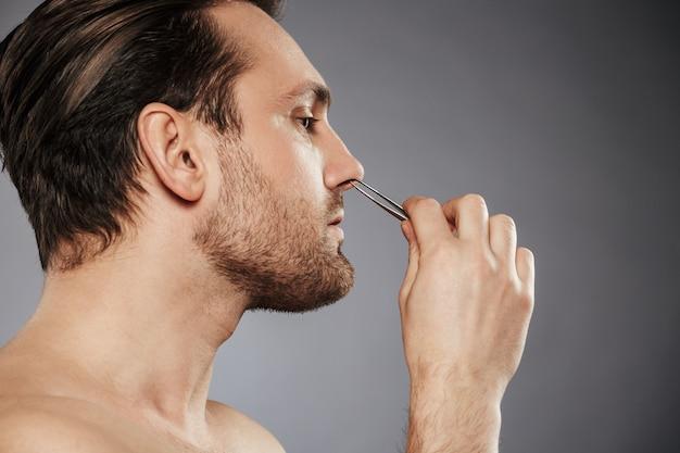 Widok z boku portret mężczyzny pewność usuwania włosów z nosa
