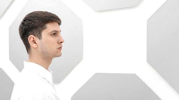 Widok z boku portret młodego człowieka poważnego