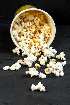 Widok z boku posypane wiadro z popcornem