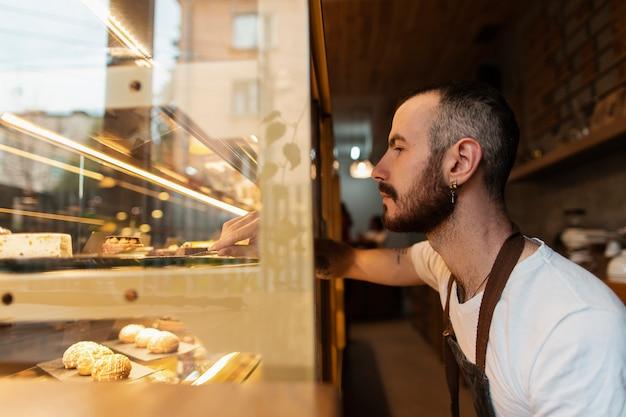Widok z boku pracownik sprawdza produkty