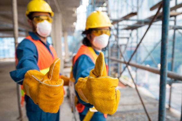 Widok z boku pracownika z wyposażeniem bezpieczeństwa