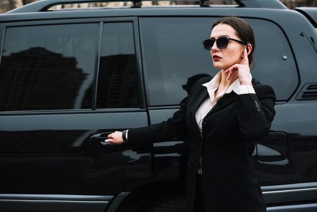 Widok z boku profesjonalna kobieta bezpieczeństwa