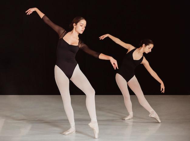 Widok z boku profesjonalnych tancerzy baletowych ćwiczących razem