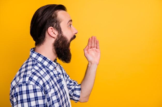 Widok z boku profilu z bliska portret jego miłego, atrakcyjnego brodatego faceta w kraciastej koszuli, mówiącego głośno informacje sms