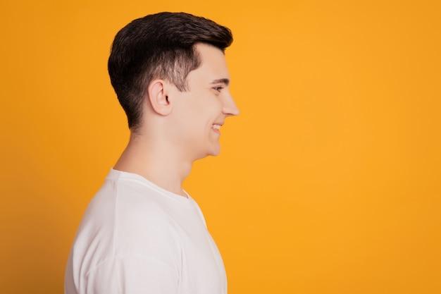 Widok z boku profilu zdjęcia uroczego przedsiębiorcy faceta izolowanego na żółtym tle