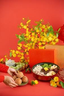 Widok z boku przyciętej kobiety przynoszącej tradycyjne potrawy na świąteczny obiad
