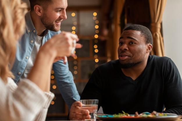 Widok z boku przyjaciół w restauracji