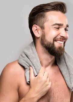 Widok z boku przystojny mężczyzna bez koszuli, uśmiechając się