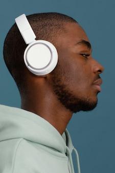 Widok z boku przystojny mężczyzna ze słuchawkami
