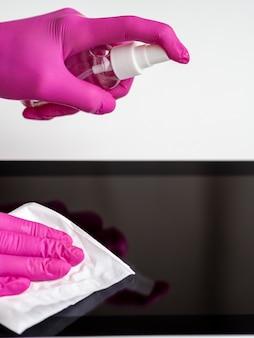 Widok z boku rąk w dezynfekujących tabletkach w rękawiczkach chirurgicznych