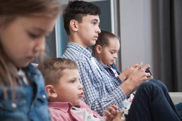 Widok z boku rodzeństwo, grając w gry wideo