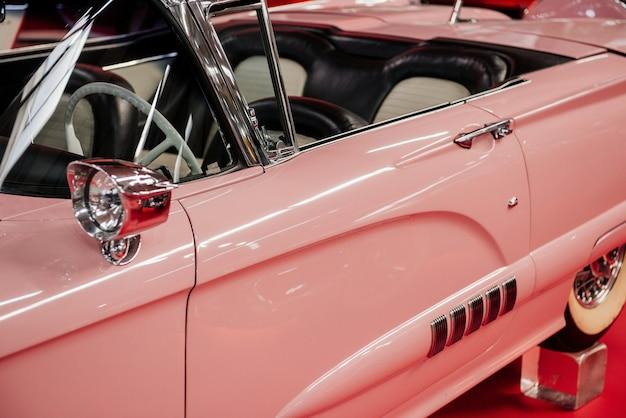 Widok z boku rzadkiego różowego kabrioletu