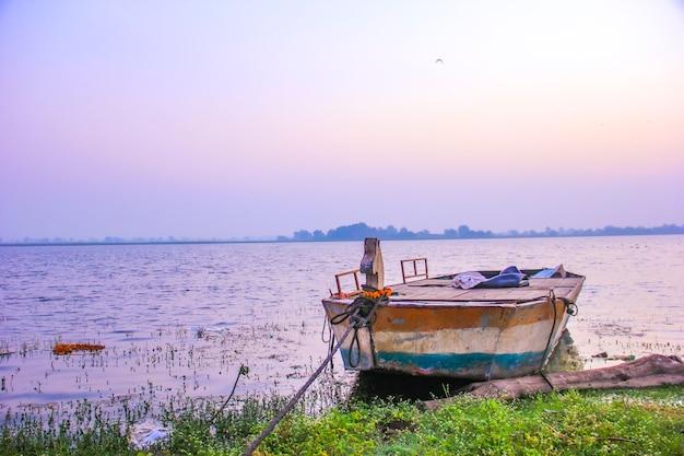 Widok z boku rzeki w indiach