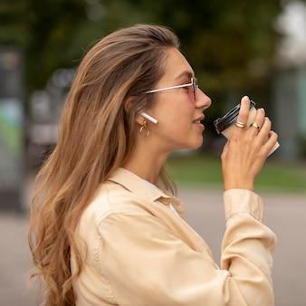 Widok z boku smiley girl z kawą