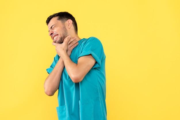 Widok z boku, specjalista, lekarz mówi, co zrobić, jeśli masz ból gardła
