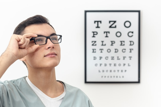 Widok z boku specjalisty oka przymierzającego okulary