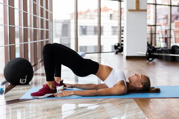 Widok z boku sportowca w treningu siłowni