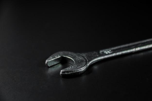 Widok z boku srebrnego klucza na ciemnym świetle