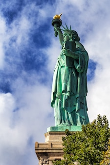 Widok z boku statua wolności w nowym jorku