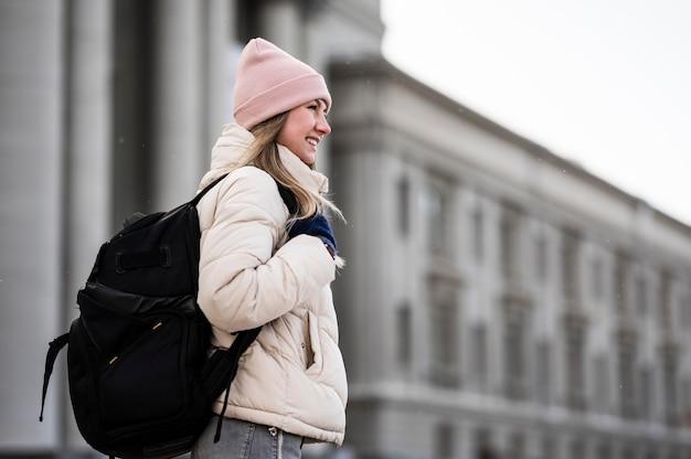 Widok z boku studentka z plecakiem