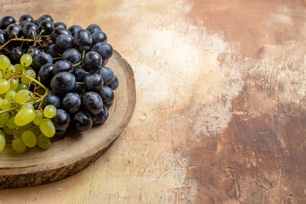 Widok z boku szczegół winogron kiście winogron czarnych i zielonych na pokładzie rozbioru