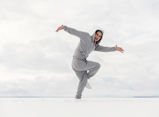 Widok z boku tańca artysty hip hop