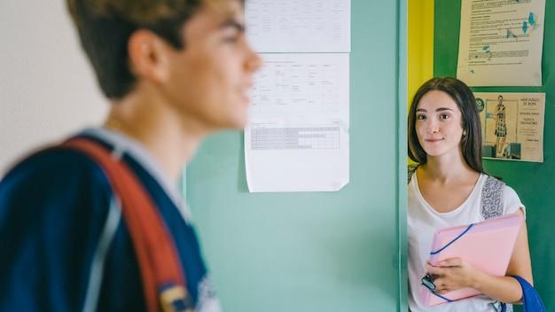 Widok z boku uczeń i uczennica
