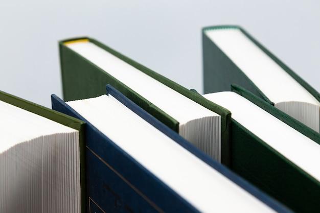 Widok z boku ułożonych książek