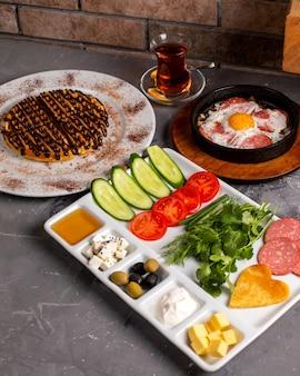 Widok z boku ustawienia śniadania z mieszaną kombinacją jedzenia