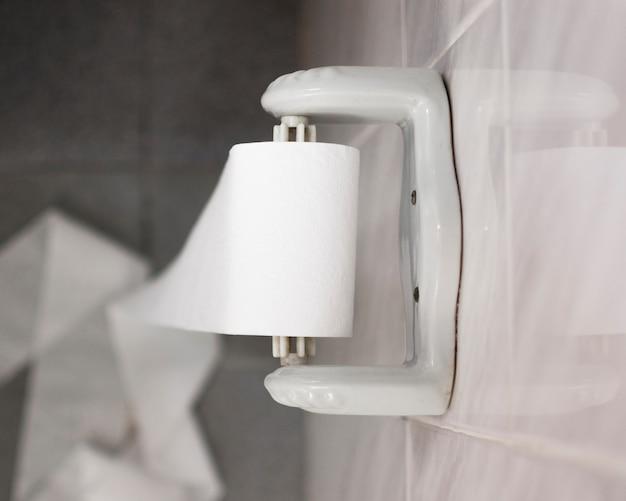 Widok Z Boku Widok Wanny Z Rolką Papieru Toaletowego Darmowe Zdjęcia