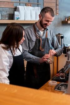 Widok z boku współpracuje partnerów biznesowych