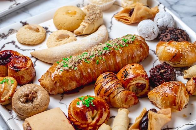 Widok z boku wymieszaj ciasteczka z kawałkami orzechowej czekolady, twarogu, ciasta francuskiego, wanilii i cukru w proszku