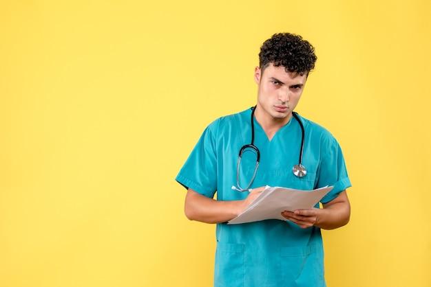 Widok z boku wysoko wykwalifikowanego lekarza lekarz patrzy na analizy pacjenta