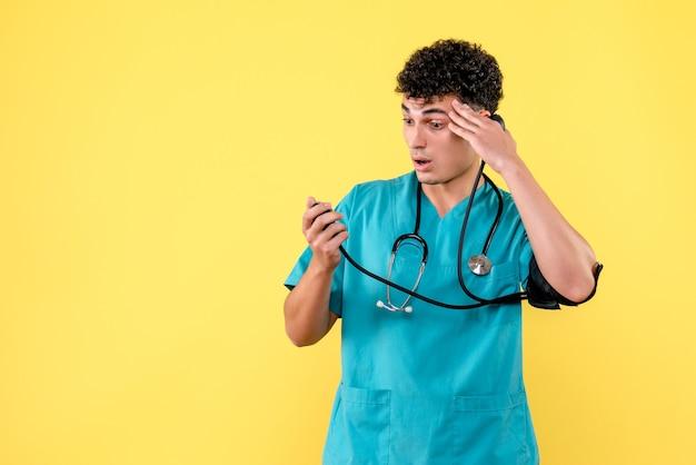 Widok z boku wysoko wykwalifikowanego lekarza lekarz zaskoczony jego wysokim ciśnieniem krwi