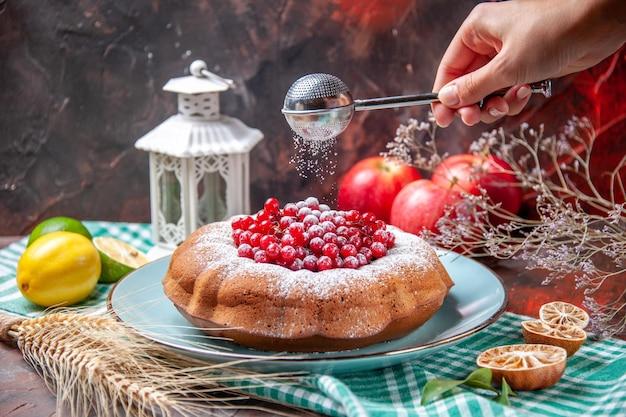 Widok Z Boku Z Bliska Ciasto Apetyczne Ciasto Z Jagodami Cytryny Trzy Jabłka łyżka W Dłoni Darmowe Zdjęcia