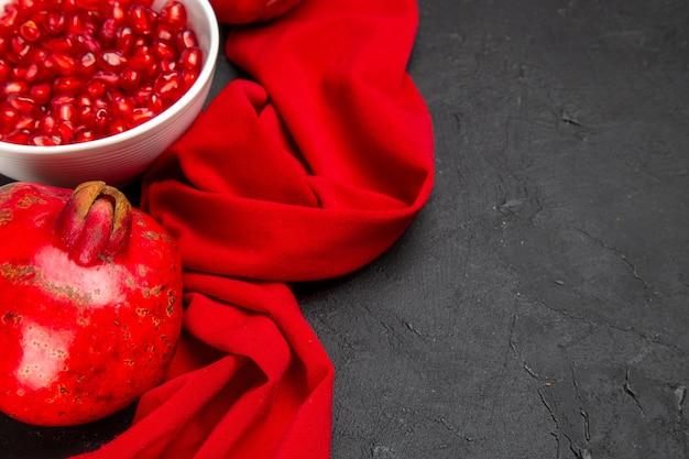 Widok z boku z bliska granat czerwony dojrzały granat miska nasion granatu obrus
