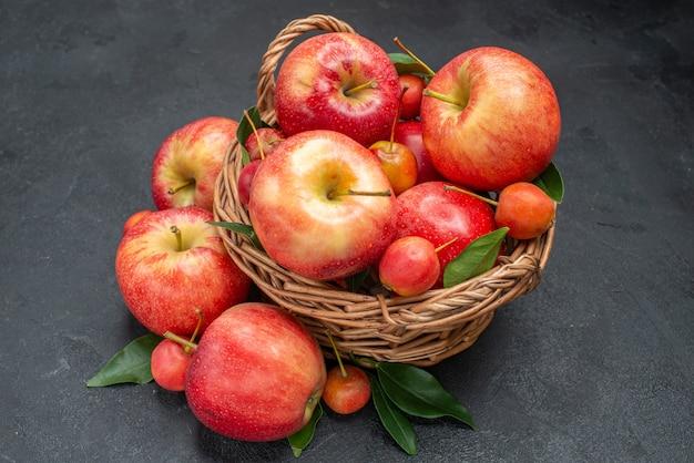 Widok z boku z bliska jabłka liny apetycznych owoców w koszu