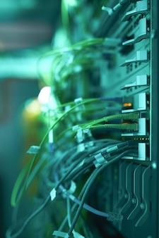 Widok z boku z bliska kabli i przewodów łączących serwery w superkomputerze lub centrum danych, kopia przestrzeń