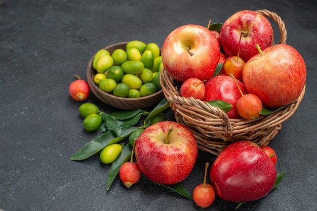 Widok z boku z bliska owoce brązowy miska owoców cytrusowych kosz wiśni i jabłek