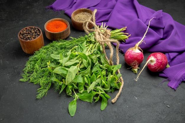 Widok z boku z bliska przyprawy zioła trzy miski przypraw czarny pieprz rzodkiewka zioła