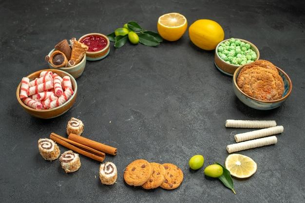 Widok z boku z bliska słodycze dżem cytryny ciasteczka słodycze gofry