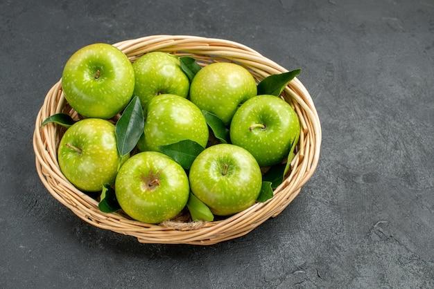 Widok z boku z bliska zielone jabłka apetyczne osiem zielonych jabłek w drewnianym koszu