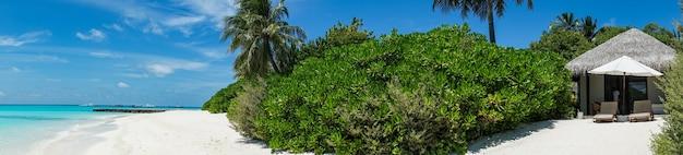 Widok z bungalowu na plaży na wyspie, malediwy.