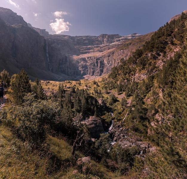 Widok z cirque de gavarnie w wysokich pirenejach we francji.