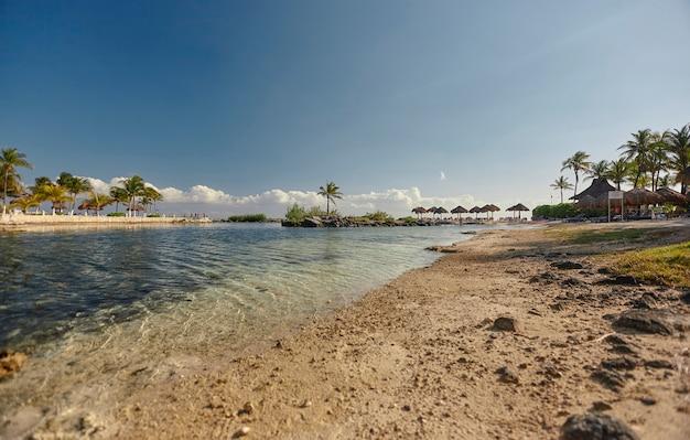Widok z dna plaży puerto aventuras w meksyku po południu