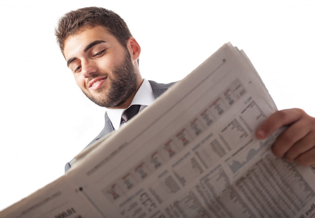 Widok z dołu biznesmen czyta gazetę
